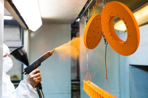 personne faisant de la peinture d'outils métaux