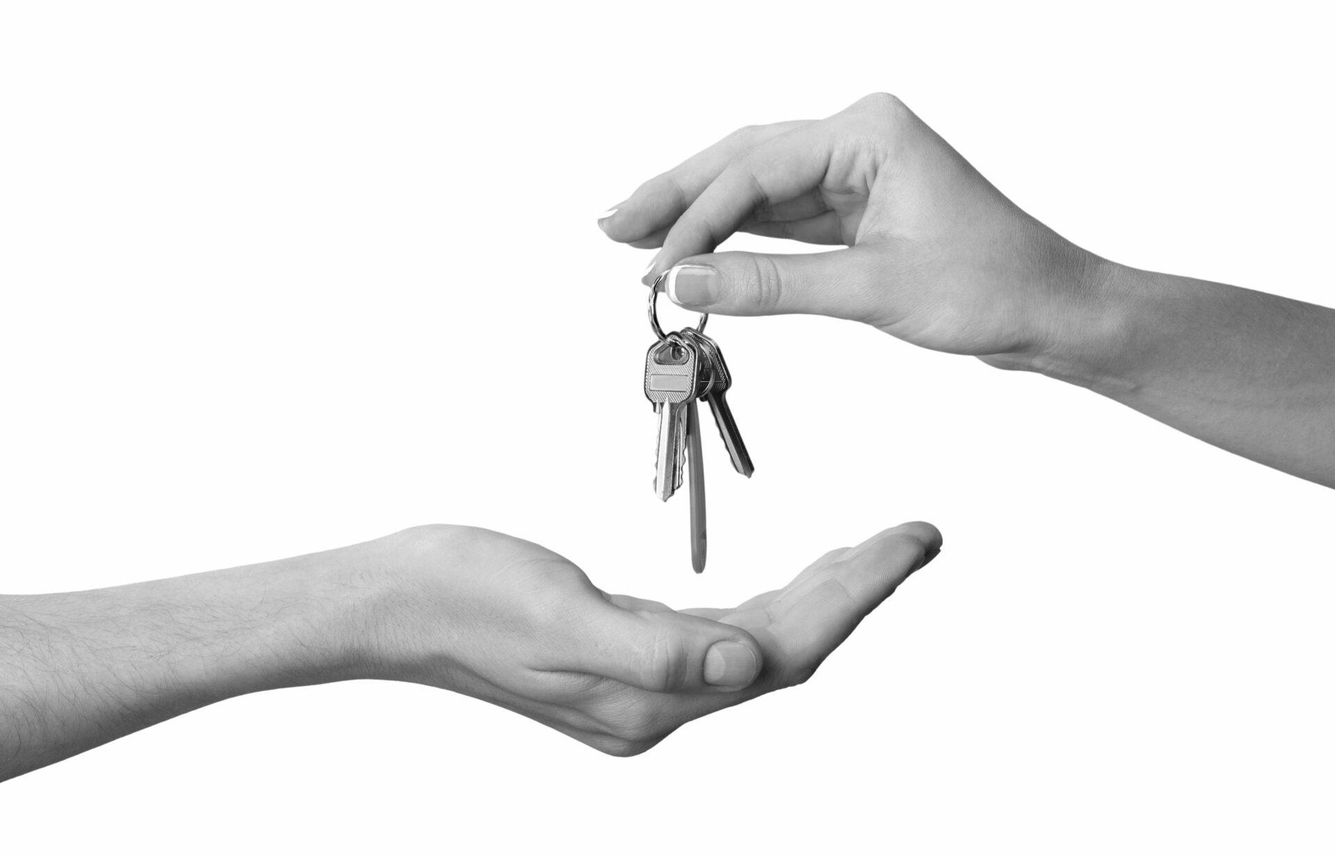 une main qui donne des clés à une autre personne