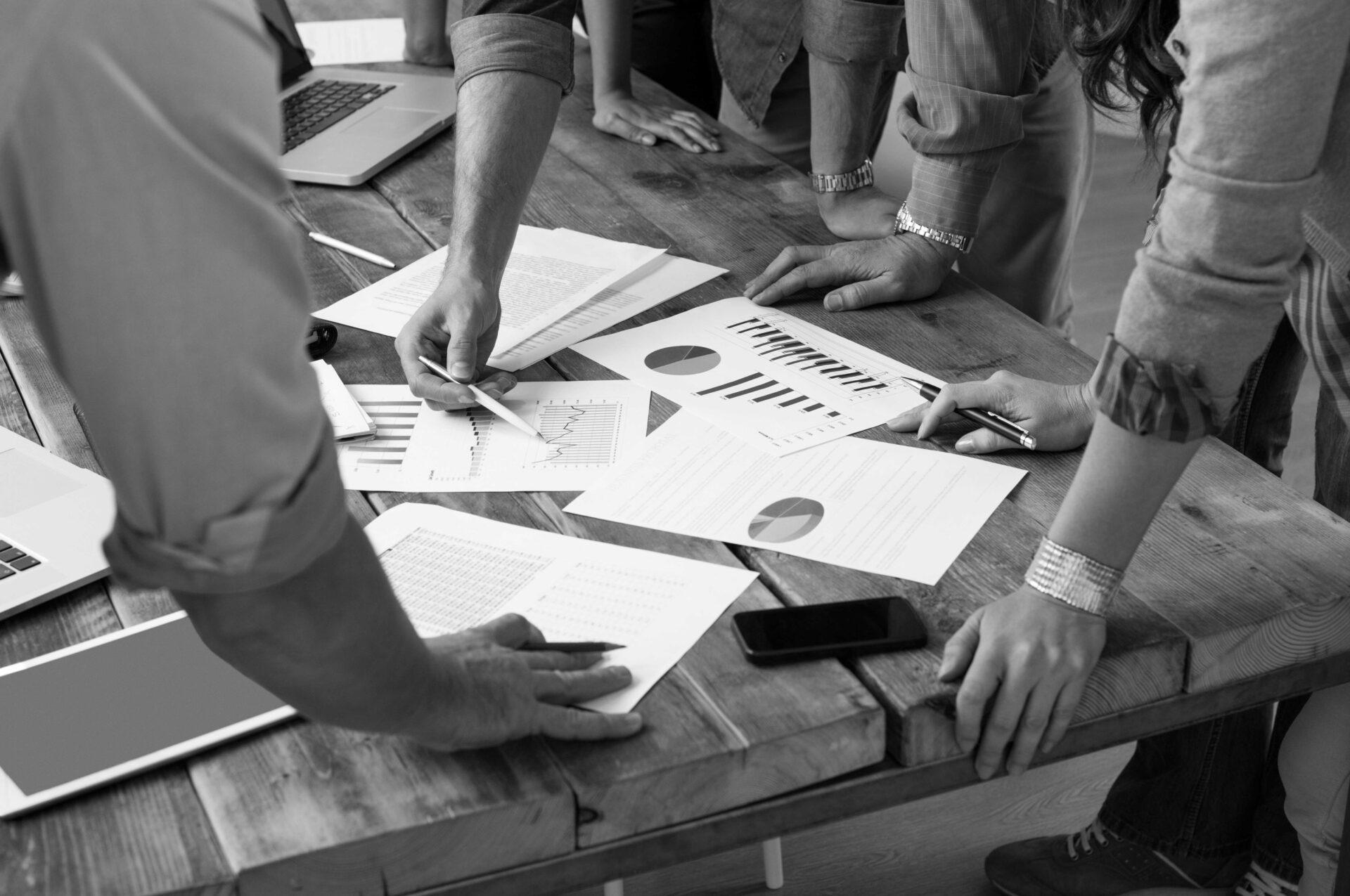 team de collègues discutant d'une étude de marché Allemagne avec des documents et graphiques