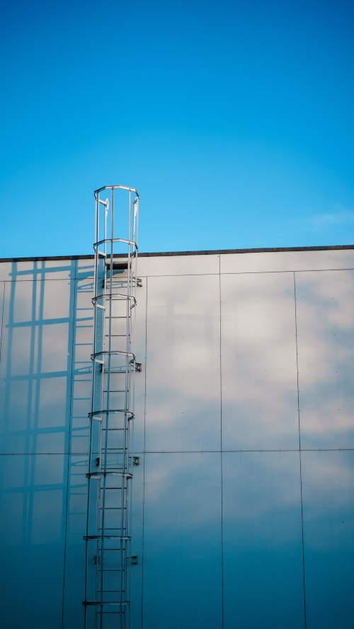 échelle sur le mur d'une entreprise