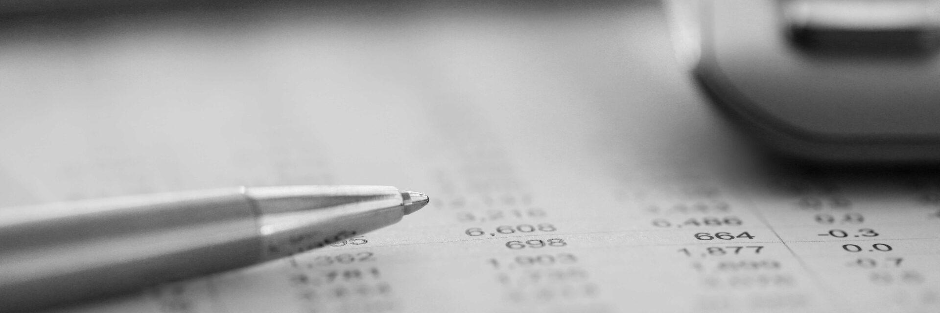 Gestion salariale et portage en Allemagne en train d'être calculé avec des outils comptables